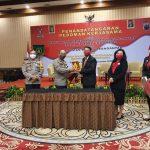 Kapolres Karanganyar,Dr.Leganek Mawardi,SH,S.I.K,M.Si bertukar cinderamatar dengan Ketua Pengda Karanganyar INI,Ary Primadyanta,SH,M.Kn