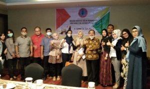 Ketua Umum IKANOTSULA Fatiroh,SH,M.Kn foto bersama Dr.Ngadino,SH,SpN,MH dan para peserta