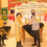 Ketua Pengda KabupatenKendal INI bertukar Cinderamata dengan Kapolres Kendal usai acara penandatanganan MOU