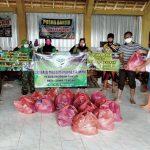 Pengurus Pusat Notaris Muslim Indonesia (PP NMI) bersama HIPAKAD Pati saat mendistribusikan bantuan paket nasi bungkus di warga korban terdampak banjir di Posko Banjir desa Karangrowo Kecamatann Jakenan Pati