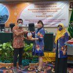 Sekretaris Pengwil Jateng INI berikan cinderamata kepada Abusalam,M .Kom