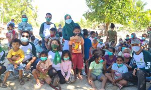 Beginilah Kepedulian Sekum PP IPPAT, Otty Hari Chandra Ubayani,SH,SpN,MH Ketika Memangku Anak Kecil Korban Banjir Bandang NTT, Minggu (2/5/2021)