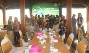 Keluarga Besar INI- IPPAT Pengda Kota Surakarta Foto Bersama Dr. Widhi Handoko,SH,SpN dan Herlina,SH,MH pada momentum acara Halal Bihalal