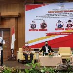 Dr. Supriyanto,SH,MH (Dari Kejaksaan Tinggi Jawa Tengah) Saat Menjadi Keynote Speech Dalam Acara Simposium Nasional Yang Digelar Pengwil Jateng INI Di Hotel Patrajasa Semarang Pada Sabtu (18/9/2021) dan nampak duduk yakni : Dr. H. Irfan Ardiansyah,SH,SpN,LLM (Ketuua Pengwil Jabar INI), Dr. Widhi Handoko,SH,SpN (Ketua Pengwil Jateng INI) dan Prof. Dr. Anwar Borahima,SH,MH (Dosen Unhas Makasar)